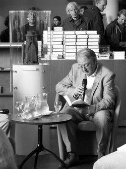 Wiel Kusters leest bij de presentatie van de biografie