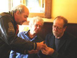 Wiener toont horloge aan Huug Schipper en A.L.Snijders