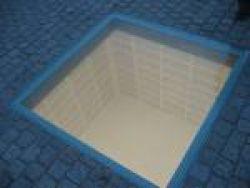 het monument van Micha Ullman, lege boekenplanken.