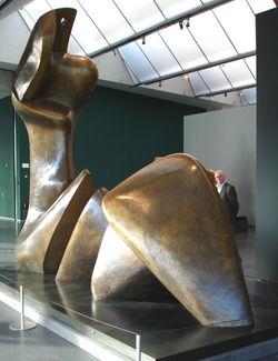 two piece reclining figure (gegoten 1979-1981) in de Kunsthal