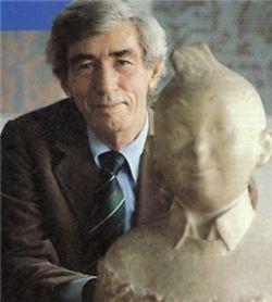 Hergé in 1979, het Kuifje-borstbeeld stond er in 1969 al.