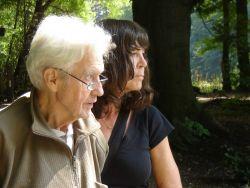 Monika Sauwer met vader in diens laatste dagen