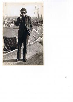 Johnny op het dak van zijn ouderlijk huis in Arnhem
