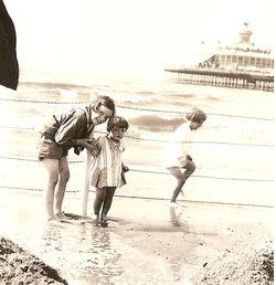 mijn moeder (links) met haar nichtje..